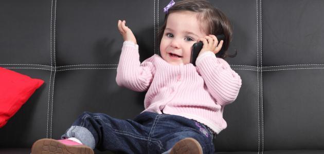 في أي عمر يتكلم الطفل