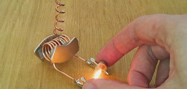 كيف يمكن توليد كهرباء باستخدام المغناطيس
