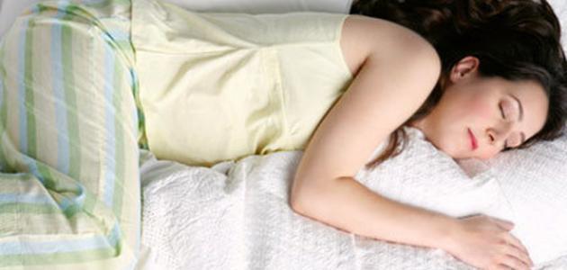 كيف تنام الحامل في الشهر الثامن