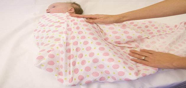 طريقة لف الطفل حديث الولادة