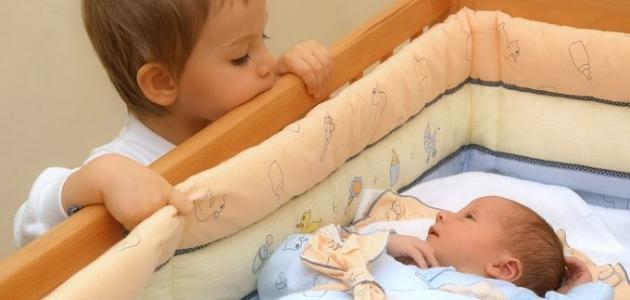 كيف أتعامل مع غيرة الطفل من أخيه