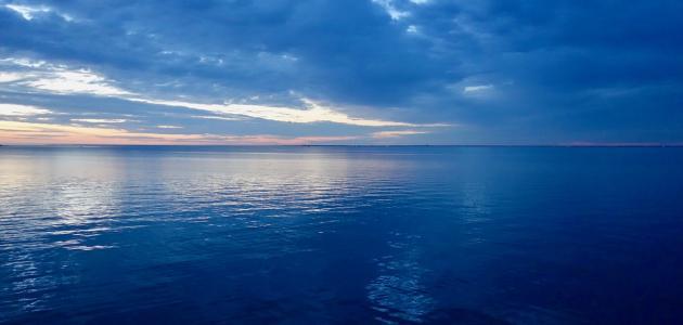 أين يقع البحران اللذان لا يلتقيان
