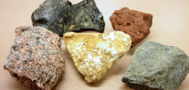 قارن بين تكون الصخور النارية السطحية والصخور النارية الجوفية