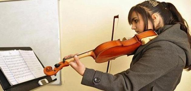 كيف تعزف على الكمان