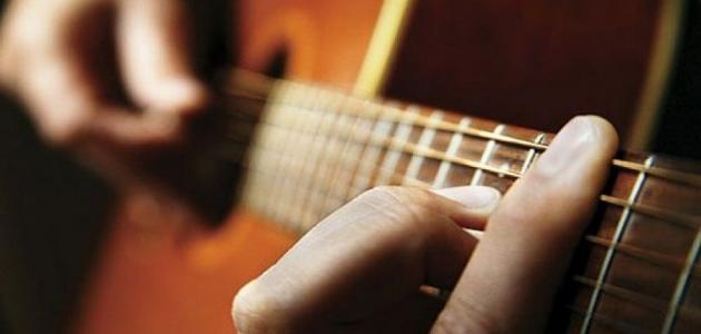 كيف تعزف الجيتار