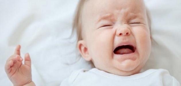 أسباب بكاء الطفل وهو نائم