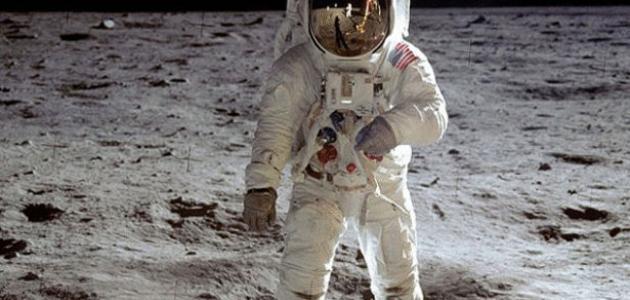 أول من هبط على سطح القمر