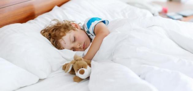 كيف أعلم طفلي النوم وحده