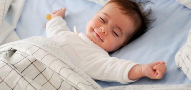 كيف أعلم طفلي النوم في سريره