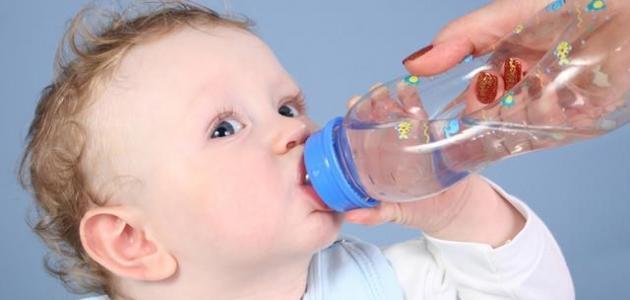 متى يشرب الطفل الماء