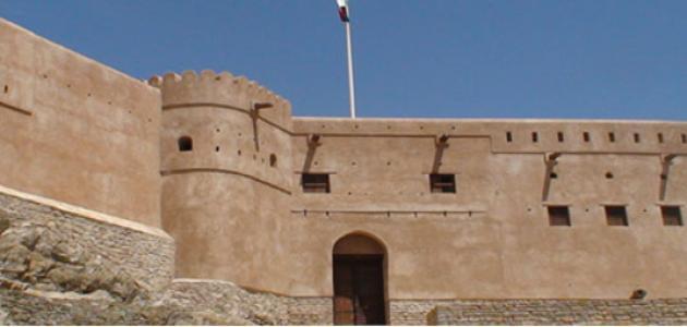 أول من شيد القلاع