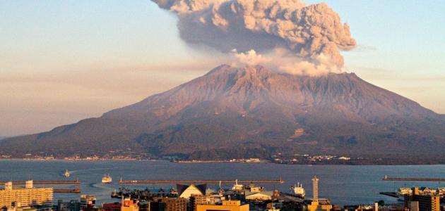 لماذا تحتوي بعض الصخور البركانية على فجوات